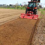 いきいきファーム 2017年 5月◆堆肥をまいて土を耕す、絶好の農作業日和です◆